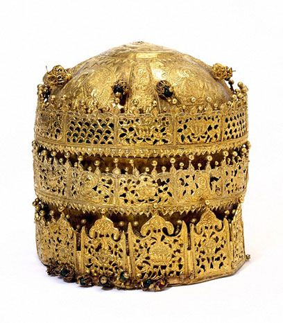 Corona, Etiopía, 1740. Museo no. M.27-2005. Oro aleado con plata y cobre con el trabajo afiligranado, perlas de vidrio, pigmentos y cobre dorado. (V&A Museum)