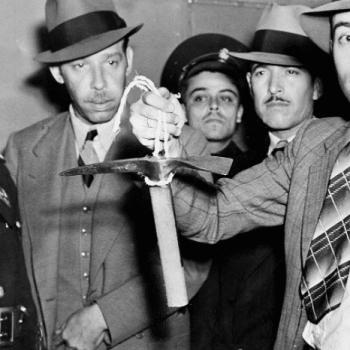 """Un policía mexicano sostiene el piolet usado por Ramón Mercader para herir mortalmente a Leon Trotsky. Ciudad de México, 20 de agosto de 1940. Mercader, también conocido como Jacques Mornard y Frank Jackson, era considerado un """"amigo de la familia"""" por Trostky. Este último, antes de morir, aseguró que su muerte había sido ordenada por Iósif Stalin. Fuente: AP"""