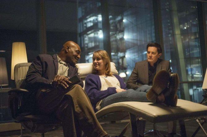 Believe 1x03 - Milton y Skouras con Nina, la madre de Bo.