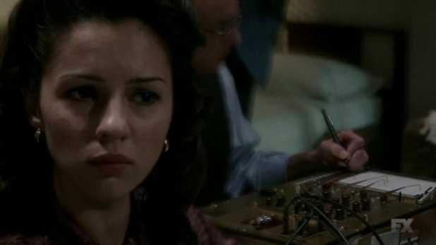 The Americans 2x07 - Nina siendo sometida al polígrafo
