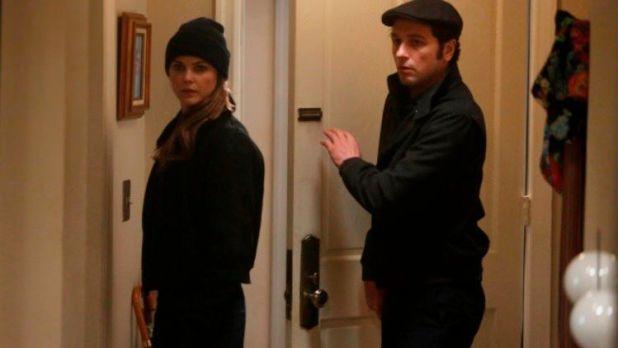 The Americans 2x11 - Phillip y Elisabeth entrando en casa de Kate