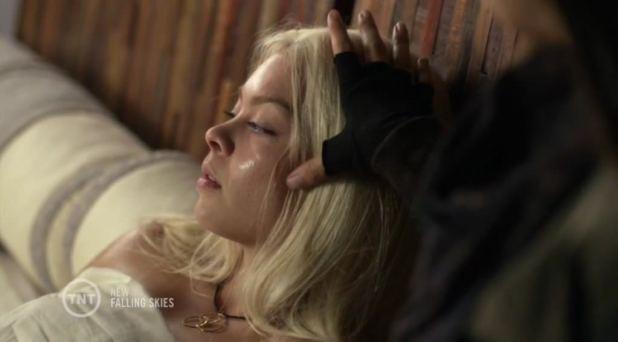 Falling Skies 4x05: Lexi enferma gravemente tras un enfrentamiento con su madre y termina confesando que el Overlord es su padre.