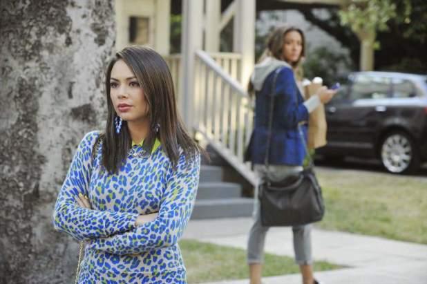 Pretty Little Liars 5x07: Mona disfruta de los líos de las chicas mientras Sidney intenta acercarse a Hanna.