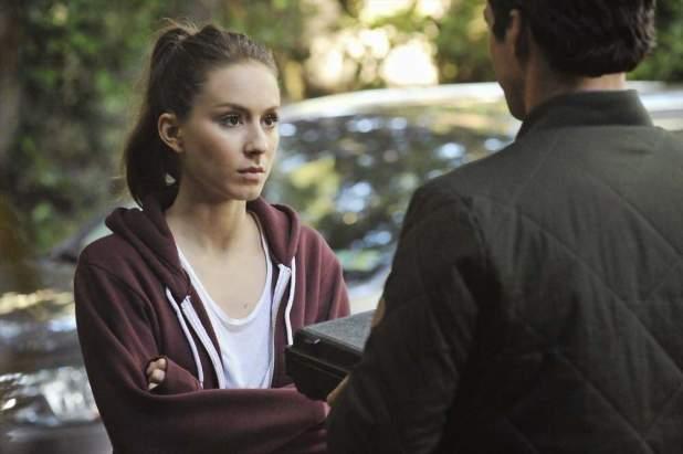 Pretty Little Liars 5x07: Spencer pide a Ezra una de sus cámaras para espiar a Melissa pero descubre a Alison de incógnito por la noche.