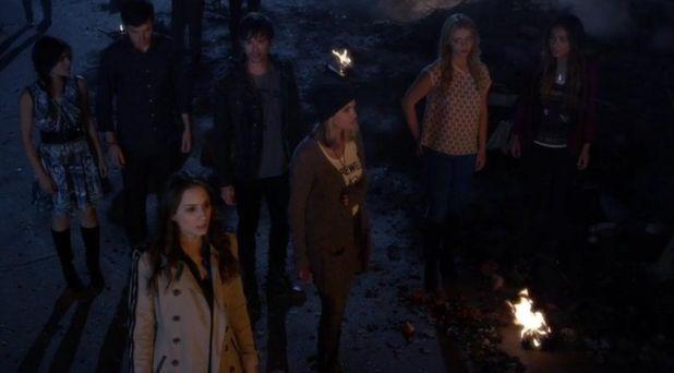 Pretty Little Liars 5x05: Tras una explosión en casa de Toby, los teléfonos suenan a la vez: Hay una nueva 'A' en la ciudad.