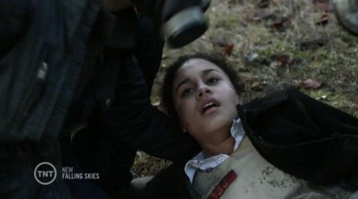 Falling Skies 4x09 Mira reaparece como enemigo y traiciona a Matt entregándole a un beamer que les bombardea.