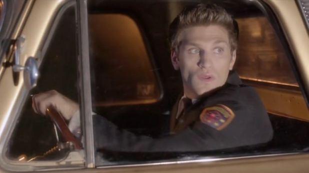 Pretty Little Liars 5x12 Toby sufre un accidente el día de su graduación en la academia de policía.