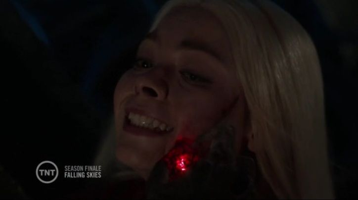 Falling Skies 4x12: El overlord daña a Lexi a pesar de que ella se autodefine como espheni pero Tom consigue matarlo.