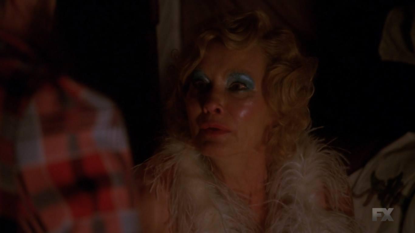 American Horror Story Freak Show 4x01 - Cabecera de la cuarta temporada - Elsa se siente una superestrella fracasada en busca de un éxito tardío en su vida
