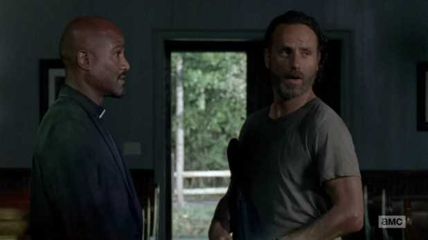 The Walking Dead 5x02 - Rick no confía en el Padre Gabriel