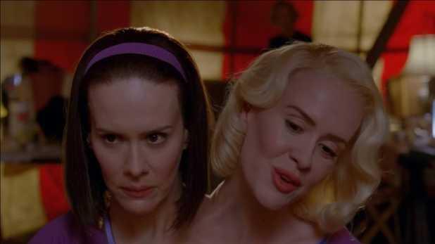 American Horror Story Freak Show 4x07 - Las siamesas comienzan a separarse.