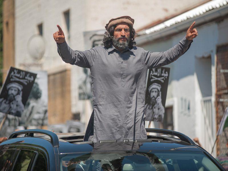 Homeland 4x11 - Haqqani siendo vitoreado