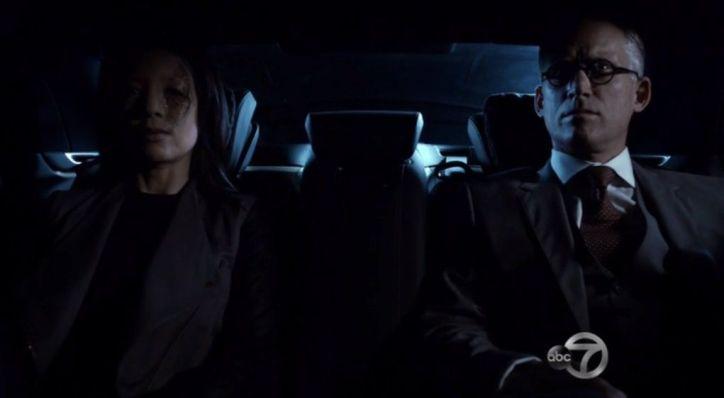 Agents of SHIELD 2x09: Whitehall y la falsa May ordenan derribar el avión de SHIELD tras recuperar a Raina.