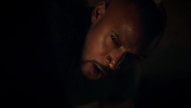 Agents of SHIELD 2x09: Mac pierde el control de sí mismo al tocar unos símbolos en el suelo  de lo túneles.