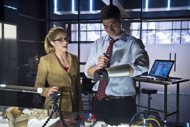 Arrow 3x10 Felicity, aturdida por la muerte de Oliver, no está dispuesta a que nadie más muera por intentar hacer lo correcto.