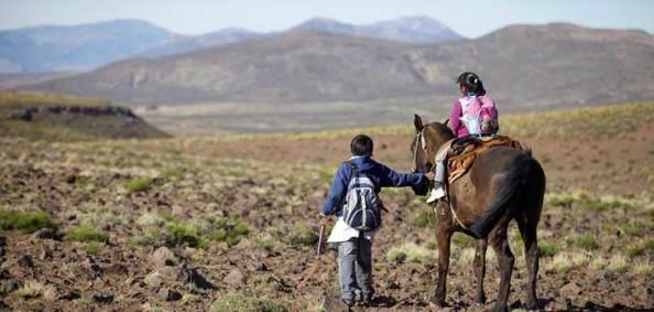 Carlos y su hermana en Patagonia, Camino a la escuela