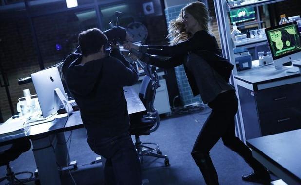 Agents of SHIELD 2x12: Los agentes de SHIELD combaten al kree para proteger a Skye cuando descubren que ella también se vio expuesta a la terrekinesis.