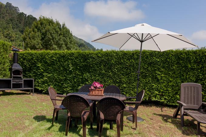 Jardín posterior, zona barbacoa. El rincón de Carmina.