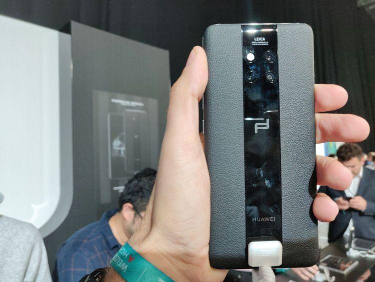 Huawei Mate 20 RS Porsche Design en mano.