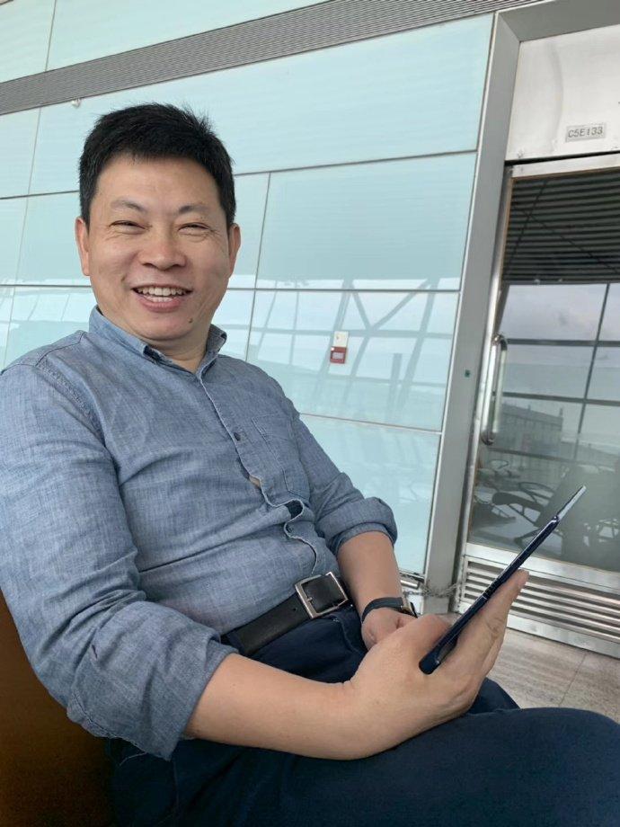 El CEO de Huawei con el Mate X en mano.