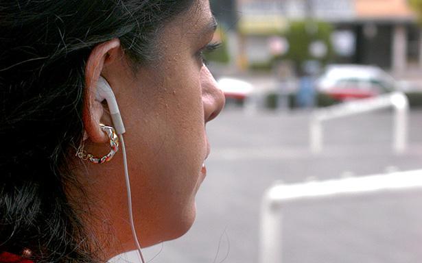 Mujer con audífonos