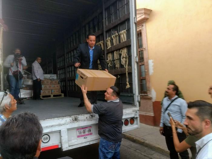 Óscar Eduardo Macías Sánchez, de la junta distrital 02 del INE en Jalisco descargando boletas electorales en Lagos de Moreno. Foto: Sergio Hernández Márquez