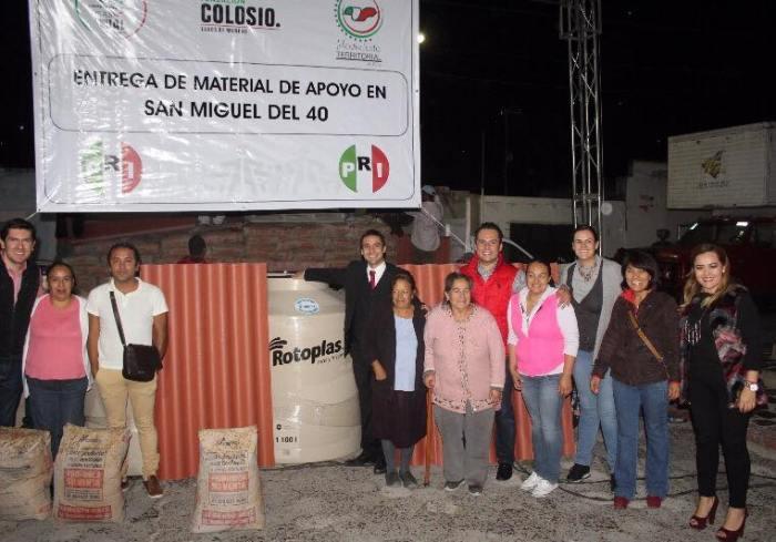 Ivan Ruiz Esparza entregando tinacos en San Miguel de El Cuarenta en el año 2016