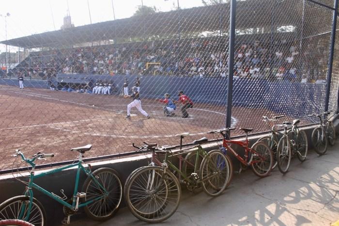 Bicicletas en el Campo Deportivo Pedro Moreno durante un partido de beisbol