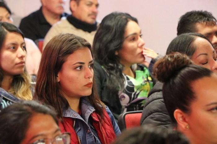 Tecutli Gómez con trabajadores del DIF de Lagos de Moreno