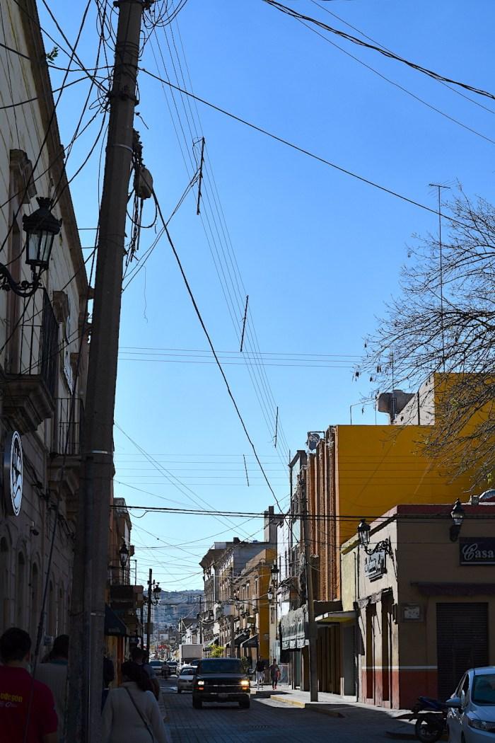 Cableado en la Calle Hidalgo, en el primer cuadro de Lagos de Moreno, que debe ocultarse por parte de CFE. Foto: Sergio Hernández Márquez