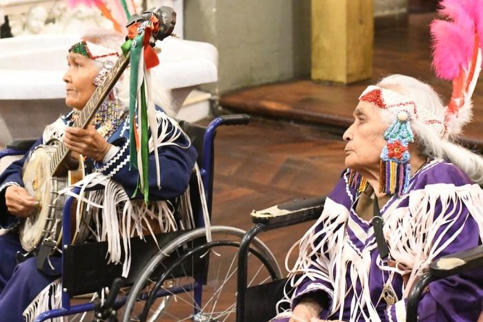 Ignacia y Guadalupe Martínez en la misa en honor a Don Roberto Moreno. Foto: Sergio Hernández Márquez