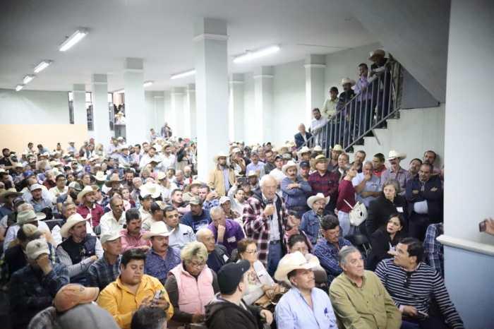 Ganaderos y lecheros en la reunión de San Juan de los Lagos con Carlos Lomelí. Foto: Cortesía
