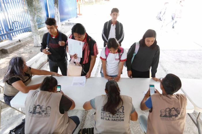 Entrega de becas a estudiantes de la Preparatoria de Lagos de Moreno
