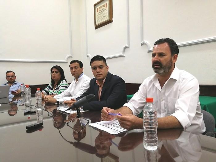 Omar Paredes de SIOP y Tecutli Gómez Presidente de Lagos de Moreno
