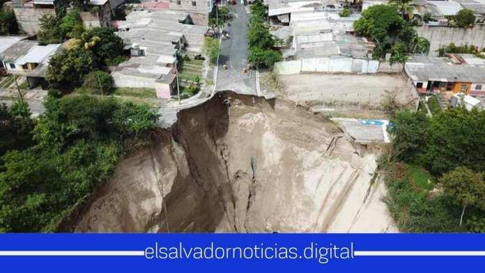 Cárcava en colonia Santa Lucía tiene en riesgo a más de 300 viviendas
