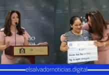 Ministra de Vivienda hace el segundo desembolso a los habitantes de la cárcava de Santa Lucía, Ilopango