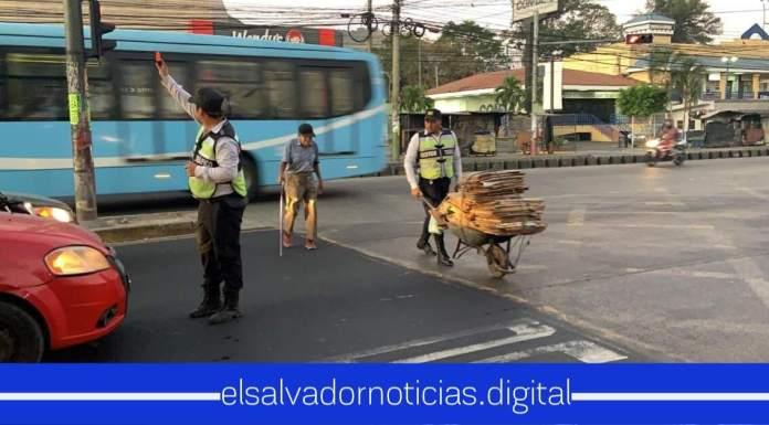 Héroes sin capas se solidarizan a pasarle la calle a abuelito con todo y sus cargas