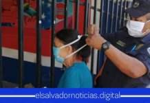 Policías se solidarizan regalando mascarillas a adultos mayores que justifican la necesidad de movilizarse