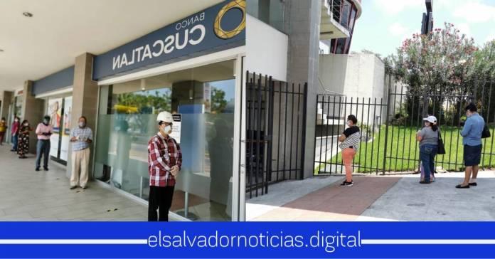 Salvadoreños respetan las medidas de distanciamiento social que se han implementando para retirar los $300 dolares por crisis del #Coronavirus