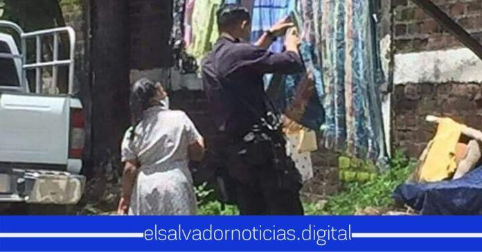 Agente de la PNC es captado ayudando a una ancianita a tender su ropa