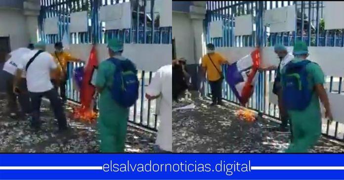 Trabajadores de la salud queman banderas de ARENA y FMLN frente a la Asamblea Legislativa exigiendo cuarentena por la salud y vida de los salvadoreños