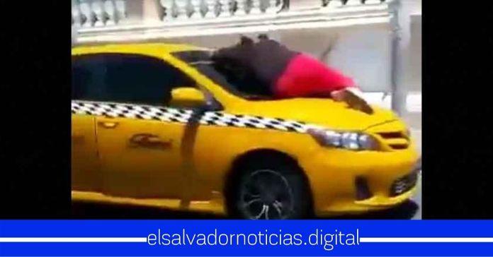 Circula en redes sociales video de una mujer sobre parabrisas de un taxi con «ataques de celos»