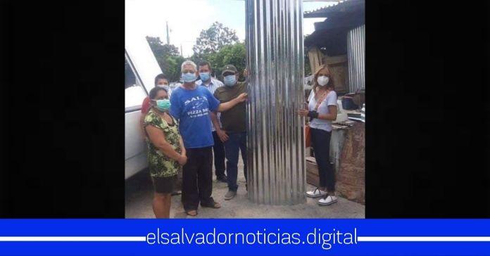 Después de haber llamado «PERROS» a los salvadoreños, Claudia de Ávila es captada regalando láminas a cambio de votos