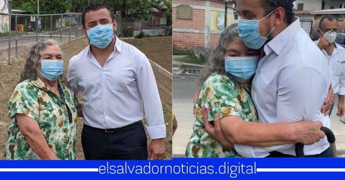 Abuelita cumple el mayor de sus sueños, tener una fotografía al lado del mejor Ministro de Obras Públicas Romeo Rodríguez