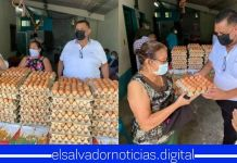 El ridículo de Beto Romero, traspasa límites de desesperación regalando huevos a madres de familia para que voten por el en el 2021