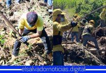 Trabajadores del MOP ponen todo su empeño para buscar sobrevivientes en Nejapa