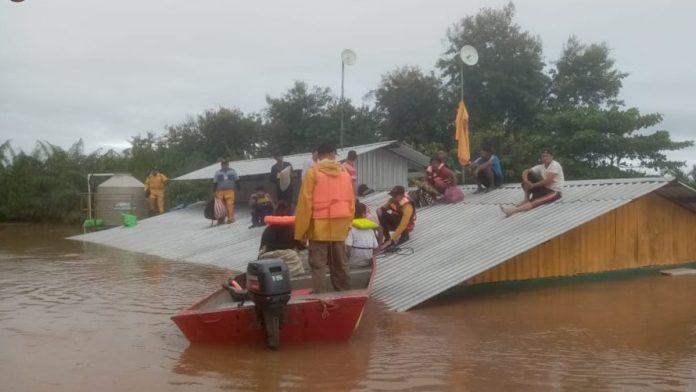Familias esperan en los techos a ser rescatados por emergencia de ETA. Aunque ahora es depresión tropical, golpeó las zonas más vulnerables