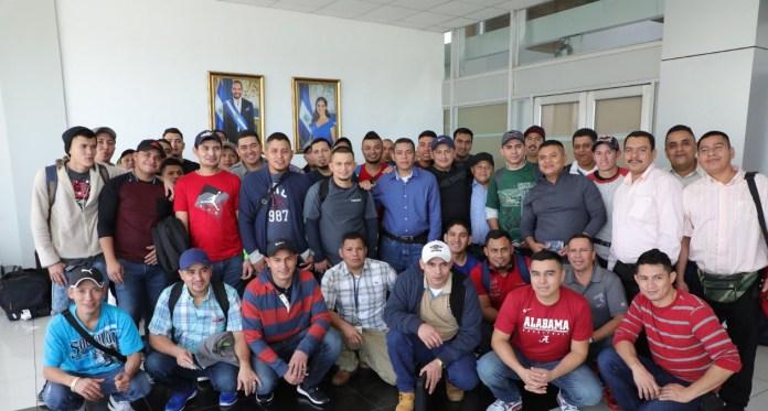 Hoy partió el segundo contingente de trabajadores salvadoreños para Estados Unidos. Así lo anunció Rolando Castro en su cuenta de twitter.