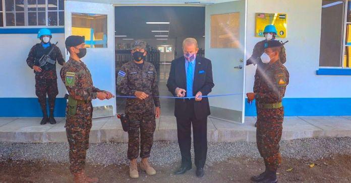 Embajador Ronald Johnson entrega modernas áreas en el Centro de Entrenamiento para elementos de la Fuerza Armada.