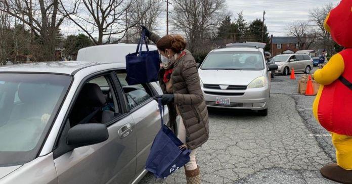 Embajadora Mayorga entrega canastas básicas y regalos a los niños de familias salvadoreñas en Wheaton